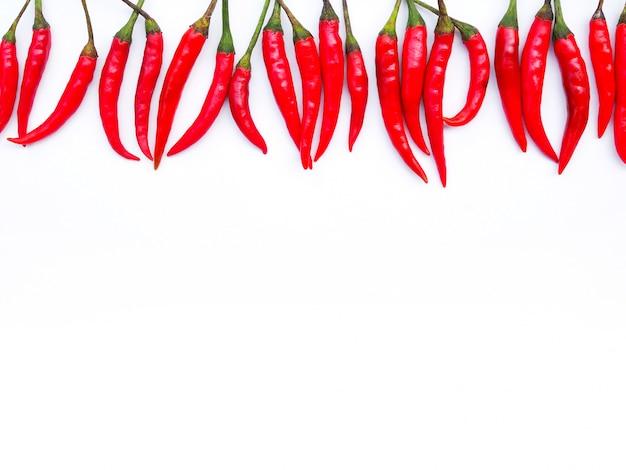 Marco superior de borde con ají rojo caliente aislado con espacio de copia