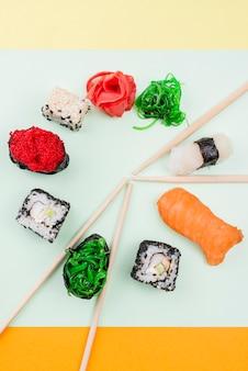 Marco de sushi con palillos