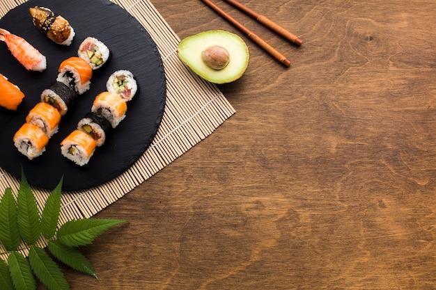 Marco de sushi plano con espacio de copia.