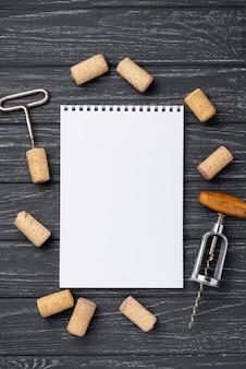 Marco de tapón de vino al lado del cuaderno