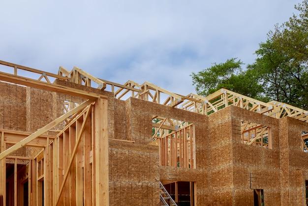 Marco de techado nueva casa residencial interior construcción pared de estructura del ático contra