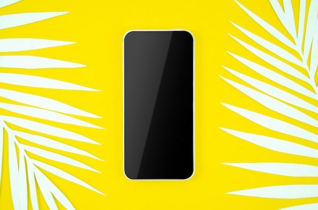 Marco de teléfono inteligente con pantalla en blanco sobre fondo amarillo