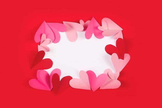 Marco para texto de corazones de papel en rojo.