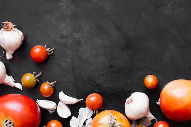 Marco de tomates y ajo con espacio de copia