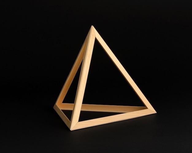 Marco triangulo de madera tridimensional
