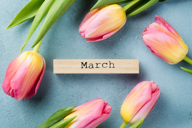 Marco de tulipanes con etiqueta de mes de marzo