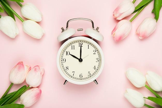 Marco de tulipanes con reloj en el medio