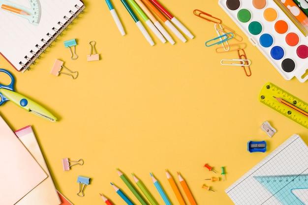 Marco con útiles escolares de papelería.