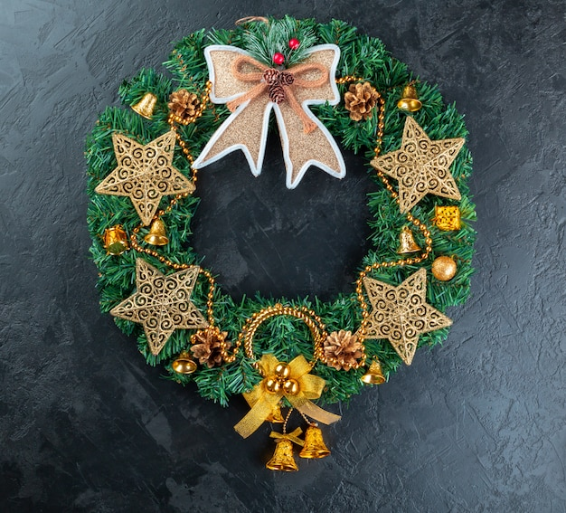 Marco de vacaciones de decoraciones navideñas en hormigón de estuco oscuro
