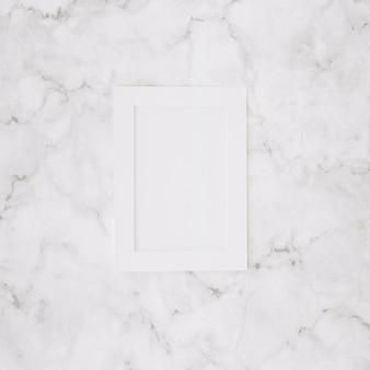 Marco vacío blanco sobre fondo de mármol con textura