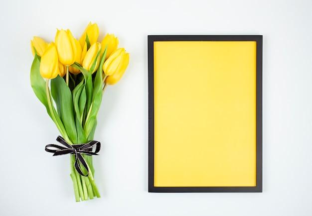 Marco vacío decorativo con espacio de copia y ramo de tulipanes