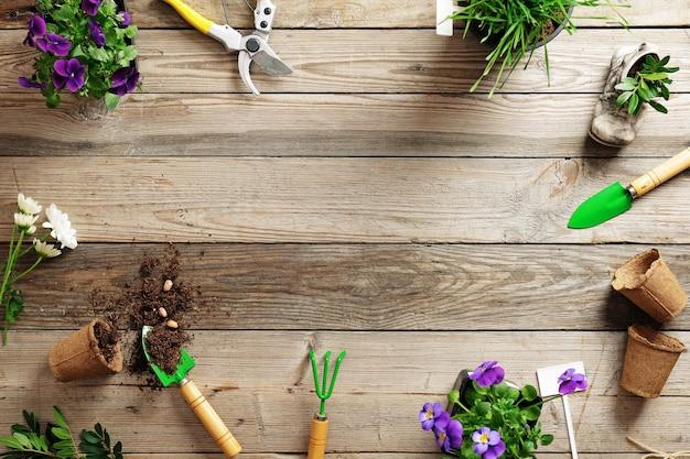 Marco de varias flores de plantas y herramientas de jardín