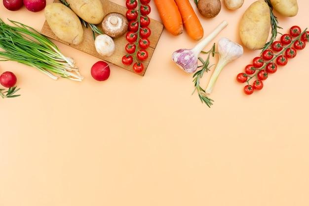Marco de verduras y tabla de cortar