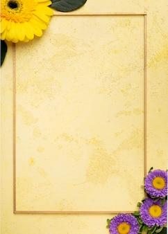 Marco de vista superior con arreglo floral