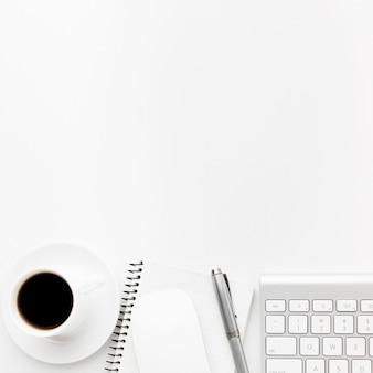 Marco de vista superior con café y bolígrafo