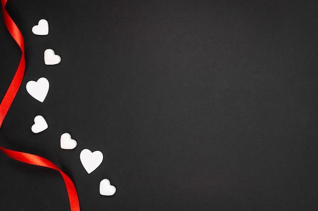 Marco de vista superior con cinta roja y espacio de copia