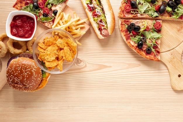 Marco de vista superior con comida rápida y espacio de copia