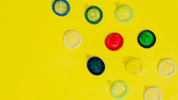 Marco de vista superior con condones y espacio de copia