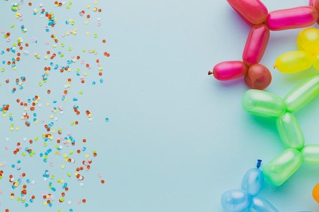 Marco de vista superior con confeti y globos