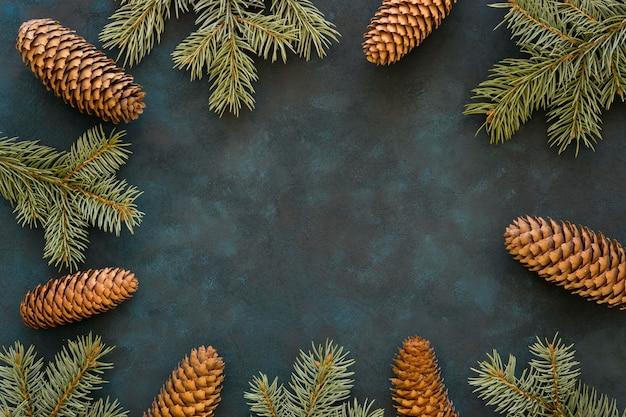 Marco de vista superior de conos de pino y agujas