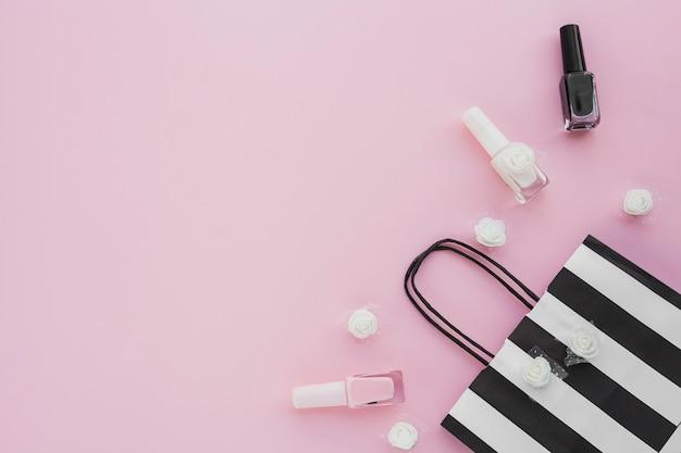 Marco de vista superior con esmalte de uñas y bolsa