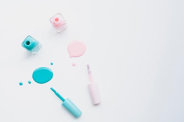 Marco de vista superior con esmalte de uñas rosa y azul y espacio de copia