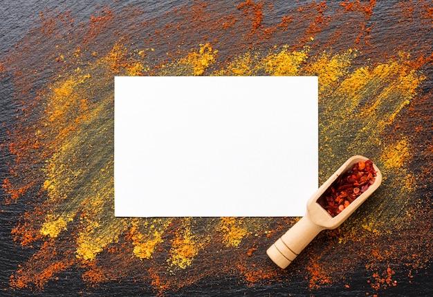 Marco de vista superior con especias en polvo en la mesa