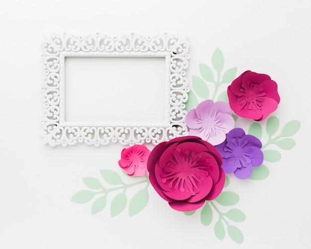 Marco de vista superior con flores de papel
