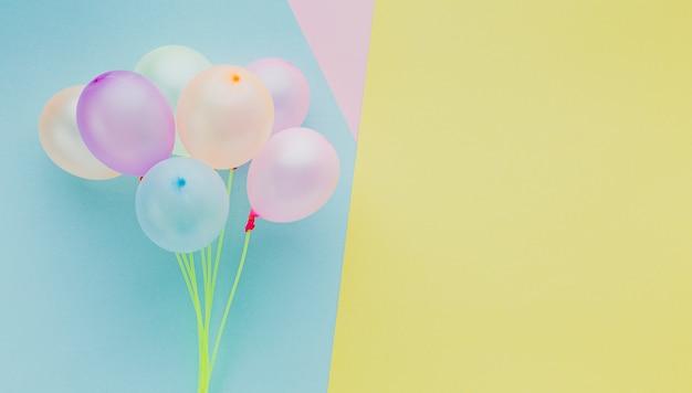Marco de vista superior con globos y espacio de copia
