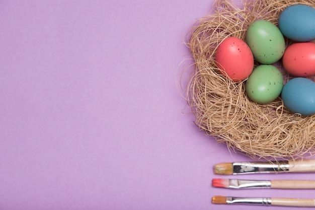 Marco de vista superior con huevos de colores y espacio de copia