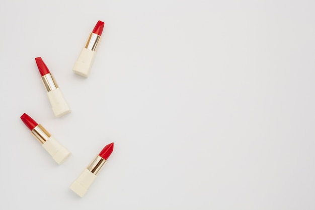 Marco de vista superior con lápiz labial rojo y espacio de copia