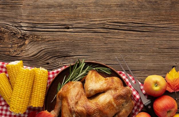 Marco de vista superior con pavo, maíz y manzanas
