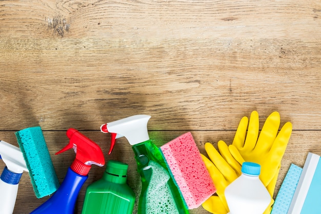 Marco de vista superior con productos de limpieza y espacio de copia