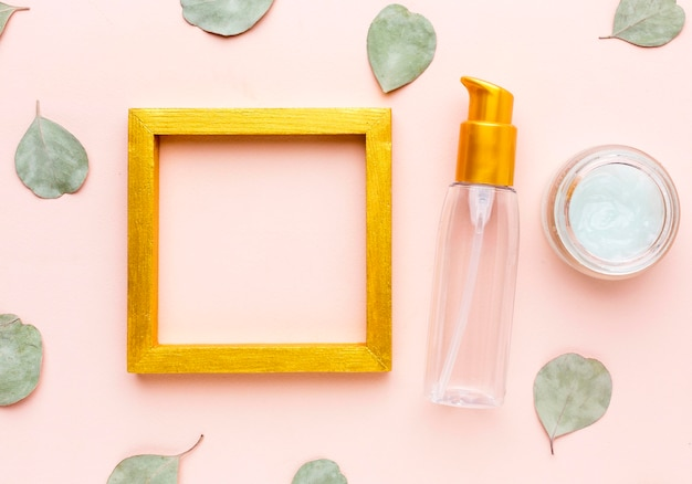 Marco de vista superior rodeado de productos cosméticos.