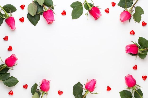 Marco de vista superior de rosas rojas