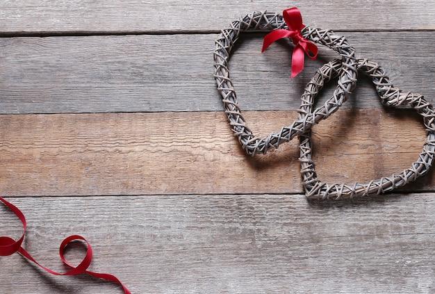 Marcos en forma de corazón y cinta roja