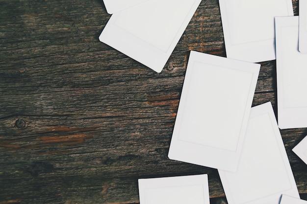 Marcos de foto blancas sobre fondo de madera