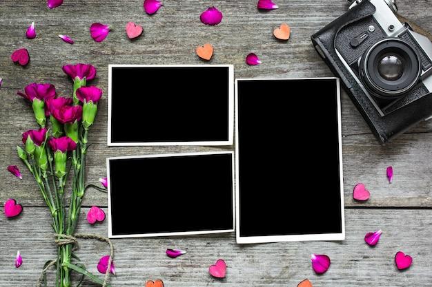Marcos de fotos en blanco con cámara retro vintage y flores de color púrpura