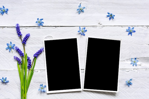 Marcos de fotos en blanco y ramo de flores de primavera azul