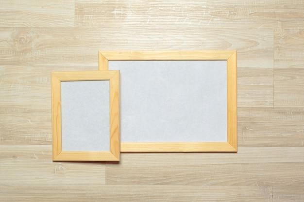 Marcos de fotos en el fondo de pared de madera