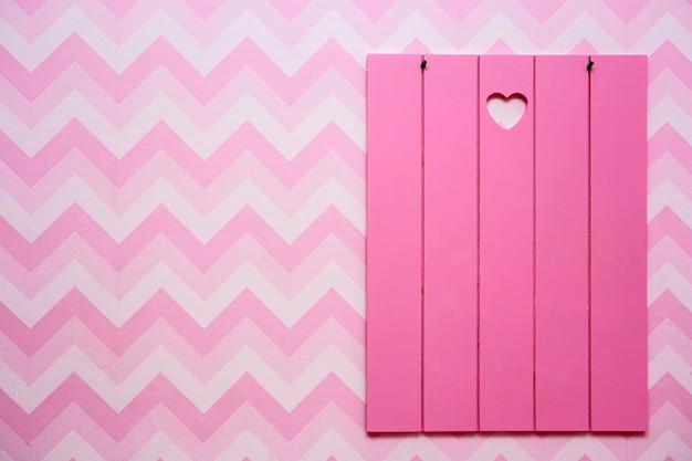 Marcos de madera en blanco en la pared de rayas rosadas, espacio vacío para texto, fondo de diseño retro rosa y morado