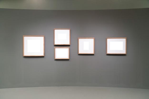 Marcos vacíos en blanco en la galería.
