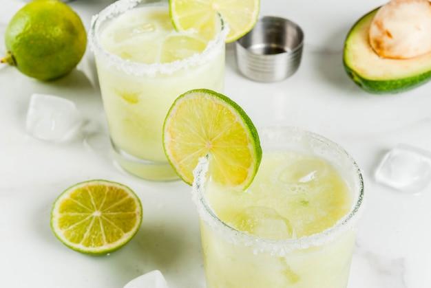 Margarita de aguacate y lima