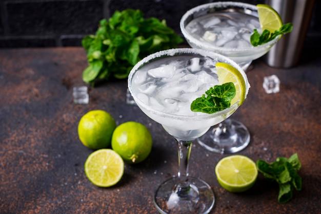 Margarita cocktail con lima y hielo