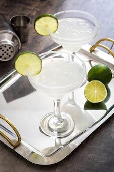 Margarita cocktail en vaso sobre bandeja de metal