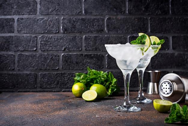 Margarita cóctel con lima y hielo