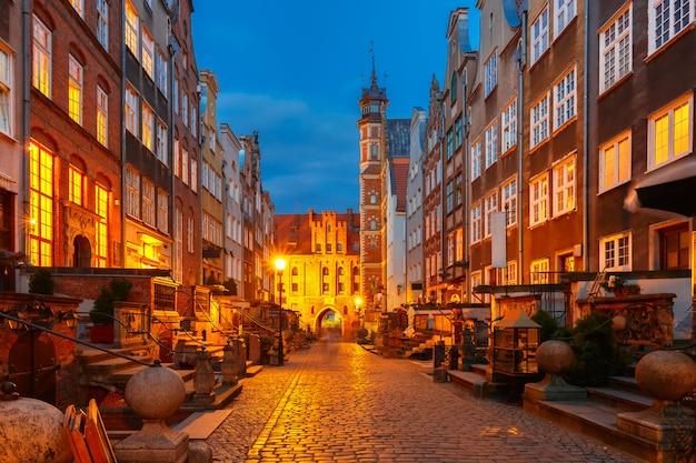 Mariacka street y gate, el casco antiguo de gdansk, polonia