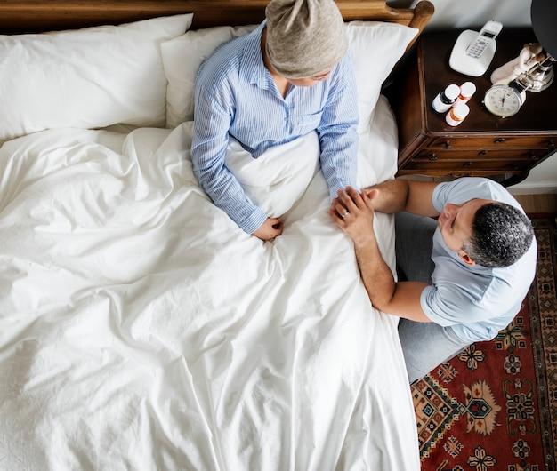 Marido animando a la esposa del cáncer