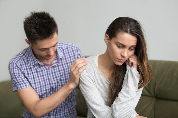 Marido apoyando reconfortante molesta esposa deprimida, concepto de infertilidad y simpatía
