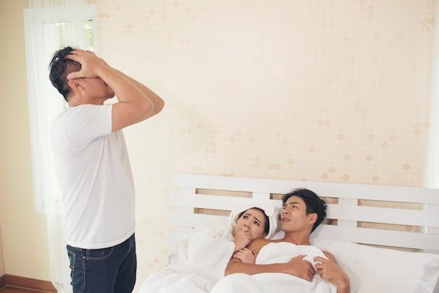 El marido encontró a un chico en el dormitorio con su esposa.